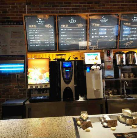冰淇淋机、现磨咖啡机、速溶饮料机在咖啡店