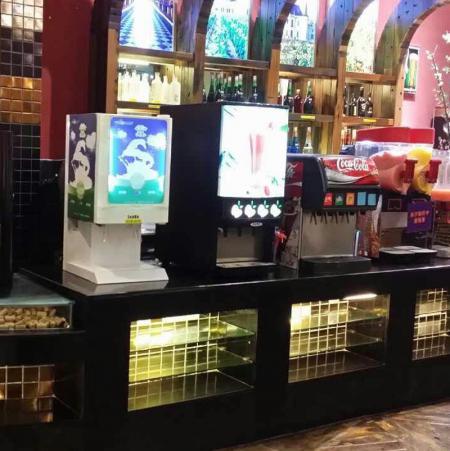 现磨咖啡机、果汁机、速溶咖啡机在酒店自助餐厅