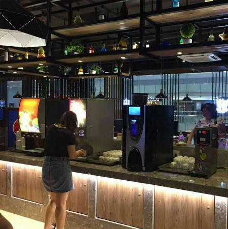 冰淇淋机、现磨咖啡机、果汁机、速溶机在自助餐厅